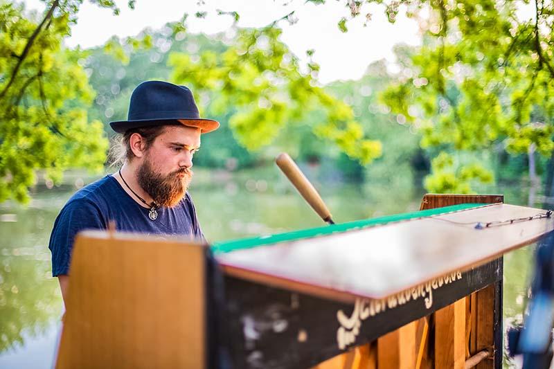 Martin begnadender Sänger und Pianist